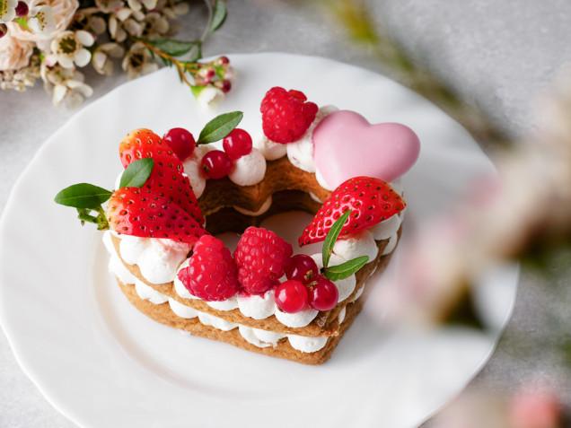 Torte a forma di cuore decorate con fragole: 7 idee per le decorazioni