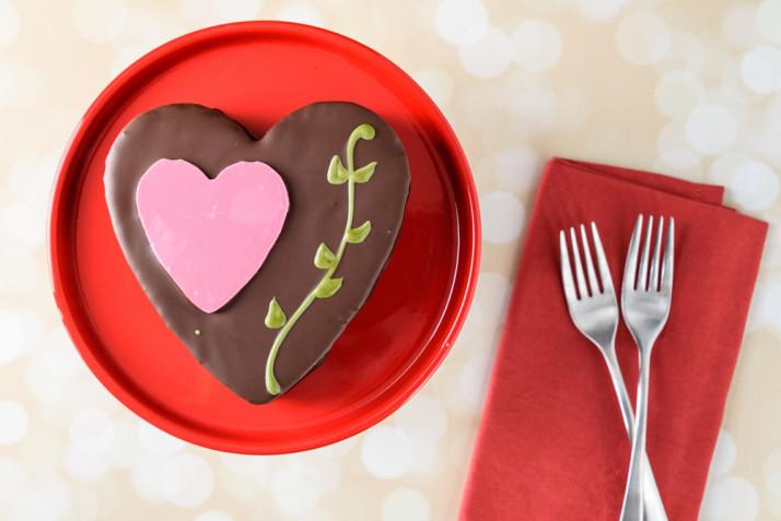 Torte a forma di cuore decorate con il cioccolato: 7 idee per le decorazioni
