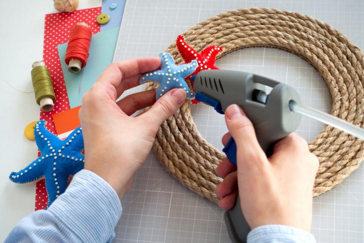 Ghirlanda estiva fai da te: il tutorial con la corda e il feltro