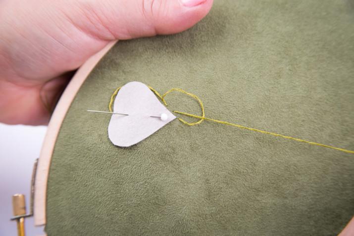 Ricamo su tulle: l'idea con i nastri, le perline e la stoffa