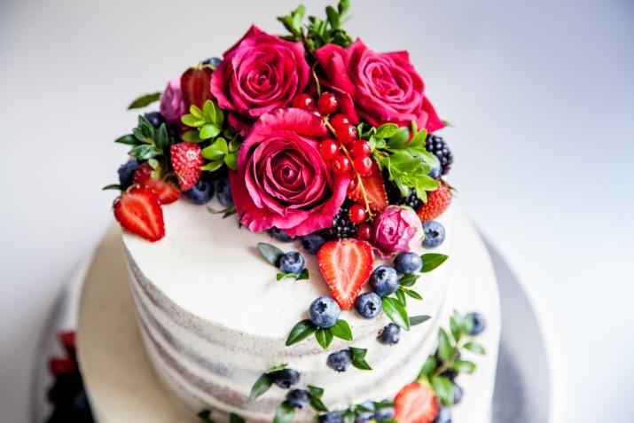 Torte decorate con rose rosse: 9 idee per le decorazioni