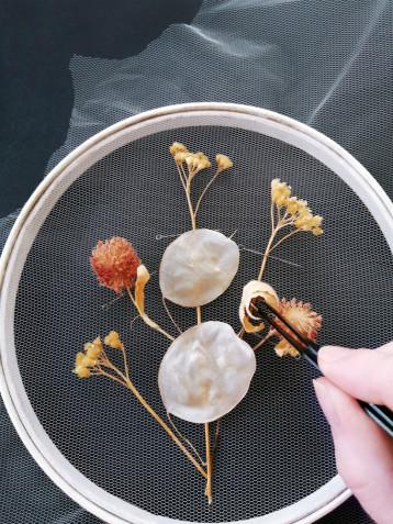 Ricamo con i fiori secchi: tutorial e idee creative