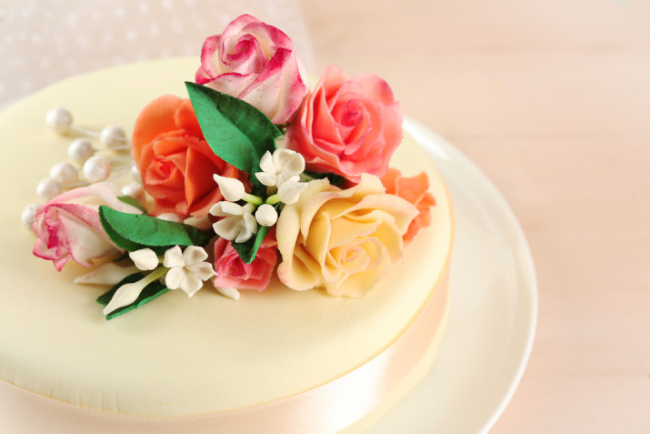 Torte con rose in pasta di zucchero: 9 decorazioni romantiche