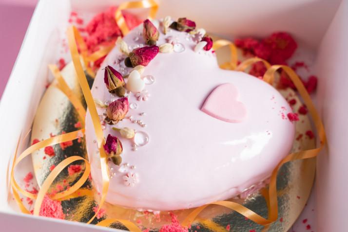 Torte a forma di cuore decorate con fiori freschi: 7 idee per le decorazioni
