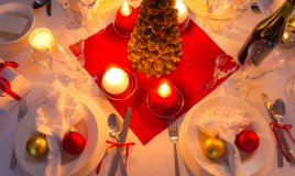 tavola-natale-oro-rosso-argento-apparecchiare