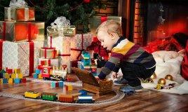 bambino-piccolo-natale-regali-pacchetti