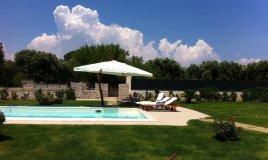 piscina casa esterno giardino nuotare aria aperta amici acqua manutenzione cloro pulizia