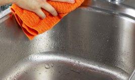 Se il lavello è in acciaio non si può tralasciare di asciugarlo ogni volta che si utilizza