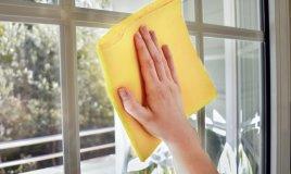 La scelta del panno è determinante, prova ad usarne uno specifico per vetri o in microfibra
