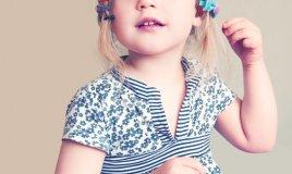 bambina fiocchi acconciatura capelli