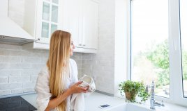lavare piatti a mano bacinella acqua calda detersivo concentrato nelsen amido calcare lavandino cucina casa trucchi accorgimenti consigli