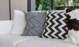 arredamento casa interni bainco nero mobili essenzialità moderno appartamento linee pulite design raffinatezza