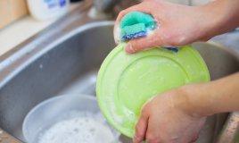 lavare a mano ammollo piatti bicchieri nelsen guanti acqua lavandino cucina panno asciugare