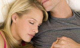 coppia intimità letto sessualità