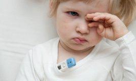 bambina aspetta il termometro