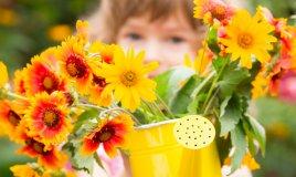 bambina e piante