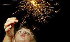 bambina e fuochi d'artificio