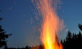 accendere, dar fuoco, acceso, infuocare, infiammare, incendiare, ardere, bruciare sogno