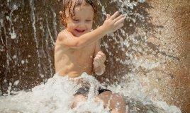 bambino e giochi d'acqua