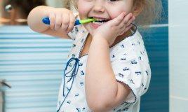 bambina e spazzolino