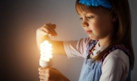 bambina e lampadina
