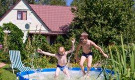 piscina giardino pulizia estate acqua manutenzione