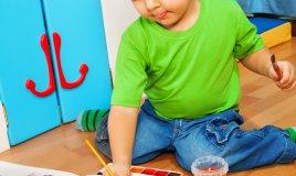 bambino sporco di pittura