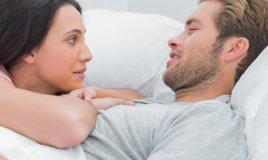 coppia intimità parlare rapporto letto