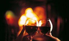 brindisi vino rosso romantico cena