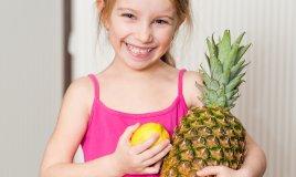 bambina con frutta
