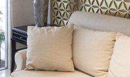 Grandi pulizie pulire divano bianco
