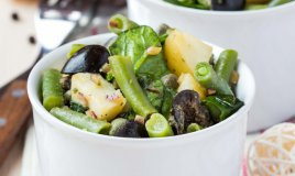 taccole spinaci insalata olive cipolle pinoli vinaigrette