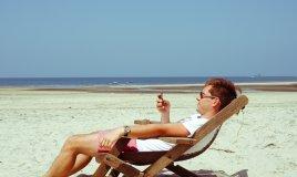 5 cose che gli uomini fanno in spiaggia (ma che dovrebbero evitare)