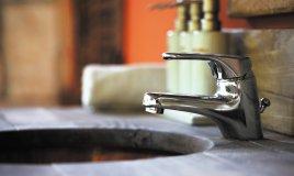 come pulire rubinetti e lavelli
