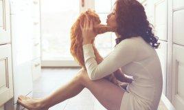 Il_gatto_si_siede_dove_seduta_la_donna