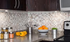 Come pulire bene le fughe e le piastrelle della cucina: guida completa