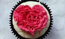 cake design san valentino, fondente rosso san valentino, come si fa e come si usa fondente rosso, pasta di zucchero colore rosso