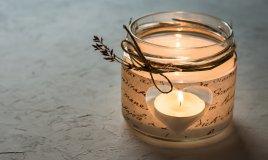Decorare Candele Bianche : Quattro candele bianche di avvento masterizzazione e pupazzo