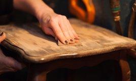 restauro mobili, riportare legno a stato grezzo, sverniciare legno