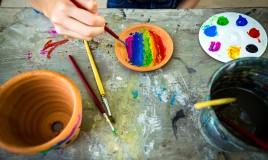 decorare vasi da giardino, dipingere vasi terracotta