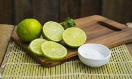 tagliere in legno, sale, limone