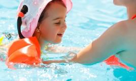 come insegnare a un bambino a nuotare, insegnare a galleggiare ai bambini