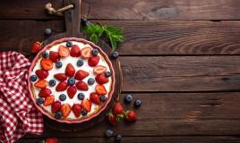 decorazioni fragole torta, torta decorata con fragole