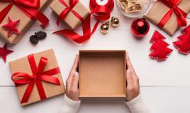 Fioriera natalizia fai da te: porta albero con scatola, stoffa e un pizzico di fantasia