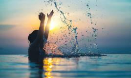 Donna fa il bagno al mare