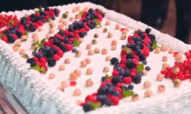 torte rettangoli decorate con panna, torte decorate con panna