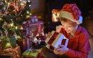 bambino-regali-natale-pacchetti-albero
