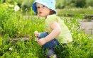 bambina in mezzo al verde