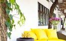divano da esterni giallo