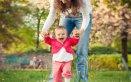 bambina e i primi passi
